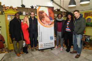 Nana DOmena, Evelyn Burdecki, Reiner Heim, Mola Adebisi, Liz Baffoe, Alexander Sholti / Charityaktion für die Kinderhospizstiftung beim Weihnachtsmarkt in Köln am 17 November 2017